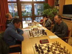 """Die Duelle """"Jung gegen Alt"""" an den vorderen Brettern endeten beide mit einer Punkteteilung."""