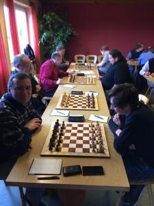 """""""Zu Gast bei Freunden"""" lautete das Motto im Frankenwaldderby der Schach-RLNW zwischen den alten Rivalen Hof und Kronach. Doch trotz oder vielmehr gerade wegen der guten Beziehungen der Spieler der beiden Teams wurde um jeden halben Zähler gefightet."""
