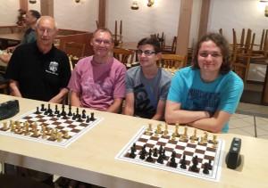 Dank einer kompakten Mannschaftsleistung sicherte sich das gut aufgelegte KSK-Blitz-Team in der Besetzung v.l.n.r. Walter Lechleitner (Brett 2, 4,0/7), Edgar Stauch (Brett 1, 6,5/7), Nico Herpich (Brett 4, 5,5/7), und Tobias Pfadenhauer (Brett 3, 5,5/7) den Kreismeistertitel
