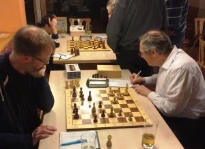 Dr. Jörg Scheidt kann die Springergabel auf e7 und den damit verbundenen Figurenverlust nicht verhindern und gibt sich Alexander Becker geschlagen