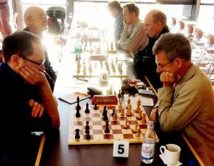 Gilbert Rebhan (vorne links) überrollte seinen Gegner mit seinen aktiven Figuren und Walter Lechleitner (hinten links) hatte in einer turbulenten Angriffspartie das bessere Ende für sich