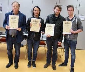 Frank Baumgärtner (links) wurde für sein erfolgreiches Turnier mit dem DWZ-U1750-Ratingpreis belohnt