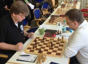 Ulli Herdin (links) ließ am Ende einer turbulenten und spannenden Partie gegen Schachkreisvorstand Tom Carl das zum KSK-Gesamtsieg erforderliche Remis nicht mehr aus den Händen